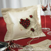 Le coussin d'alliances coeur de roses