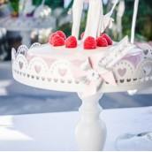 Le plat à gâteau sur pied