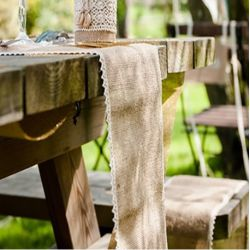 Le chemin de table dentelle et toile de jute