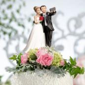 La figurine les mariés faisant un selfie