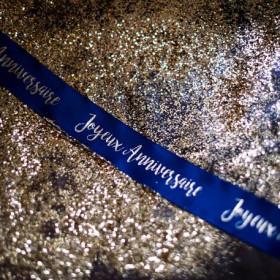 Le ruban joyeux anniversaire bleu et or