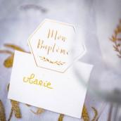 Le carton marque place blanc et or baptême