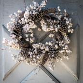 La couronne de pommes de pin et baies