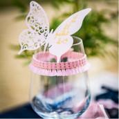 Le marque place papillon rose poudré sur verre