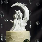La figurine mariage couple sur la lune en porcelaine