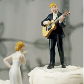 La figurine de gateau le marié guitariste