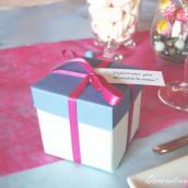 Décoration de mariage thème surprise/enfance : menu cadeau et marque place fleur de papier