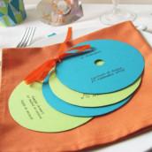Décoration de mariage sur le thème d'internet : marque place coeur de Cd et menu disque