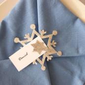Décoration de mariage sur le thème de l'hiver : marque-place étoile des neiges et menu guirlande