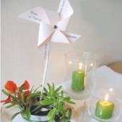 Décoration de mariage sur le thème du vent : marque place moulin à vent et menu avion