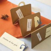 Décoration de mariage sur le thème du voyage : Menu valise et marque-place avion/voilier