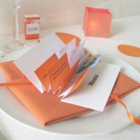 Décoration de mariage sur le thème pop : marque place orange et menu flag