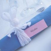 Décoration de table thème Pâques : Rond de serviette lièvre de Pâques et menu photophore fleur