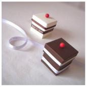 Décoration de mariage sur le thème de la gourmandise : des boîtes à dragées à croquer