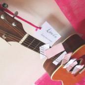 Décoration de mariage sur le thème de la musique : livre d'or guitare
