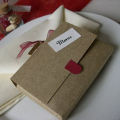 Décoration de mariage sur le thème de l'école : marque-place crayon et menu cartable