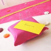 Décoration de mariage sur le thème de la couture : Marque-place coussin pique-aiguilles et menu en bobine