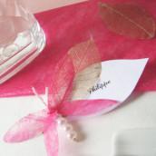 Décoration de mariage sur le thème du marais : marque place nymphéa et libellule, menu nénuphar