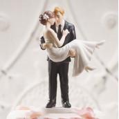La figurine mariée dans les bras du marié