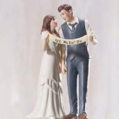 La figurine mariés à la banderole pour gâteau