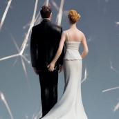 La figurine de mariage pincée d'amour en porcelaine