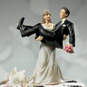 La figurine la mariée portant le marié humoristique
