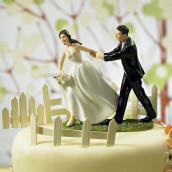 La figurine la mariée courant vers l'autel