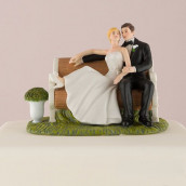 La figurine couple assis sur un banc