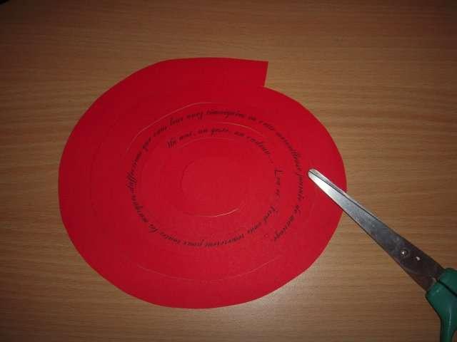 création réalisation remerciement boîte explication rose en papier roulé