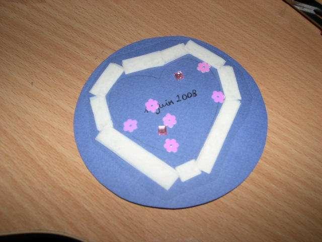 réalisation modèle exemple faire part invitation mariage thème surprise enfance loisirs créatifs bricolage faire soi même rond coeur shaker box scrapbooking bleu et fuchsia ruban adhésif 3D