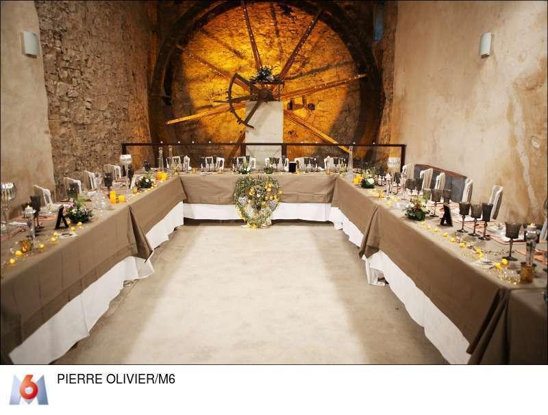 decoration salle mariage toile de jute et or