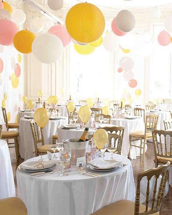 decoration salle ballons suspendus
