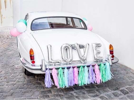 decoration voiture mariage avec ballons love