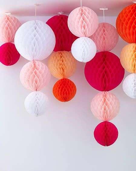 decoration salle boule papier alvéolé guirlande verticale fils