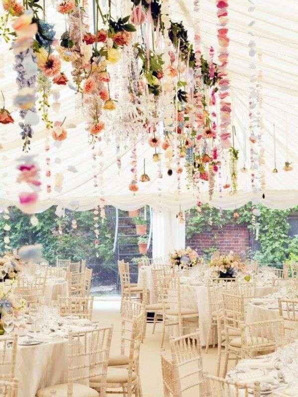 decoration salle mariage champetre fleurs suspendues