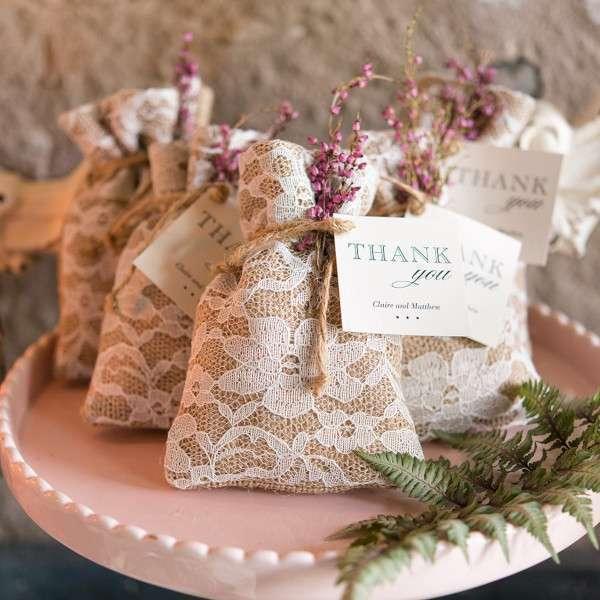 pochon dragées mariage champetre en toile de jute et dentelle cadeaux invités