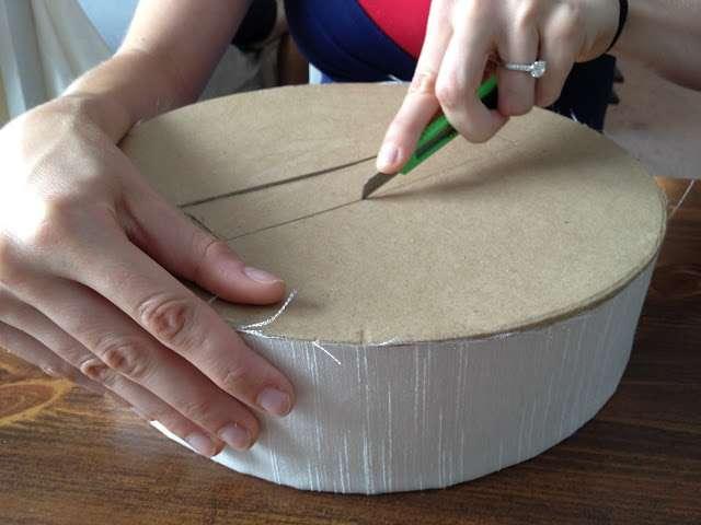 Diy boite ronde urne mariage for Decoration d une boite en carton