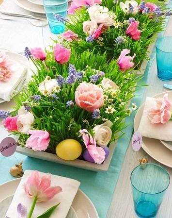 decoration de table pâques avec herbes a chat et tulipes