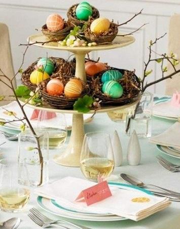 idée centre de table Pâques présentoir  à étages avec nid rempli d'oeufs