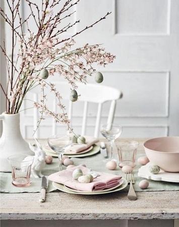 decoration-table-pas-printaniere-branchage-fleur-cerisier-rose-etbeige