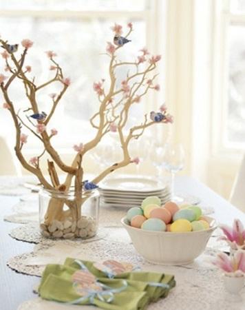 table de pâques avec branchage et petits oiseaux