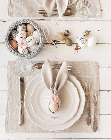 Table de Pâques avec pliage serviette original tête de lapin