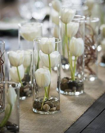 idée centre de table pâques tulipe dans vase cylindrique