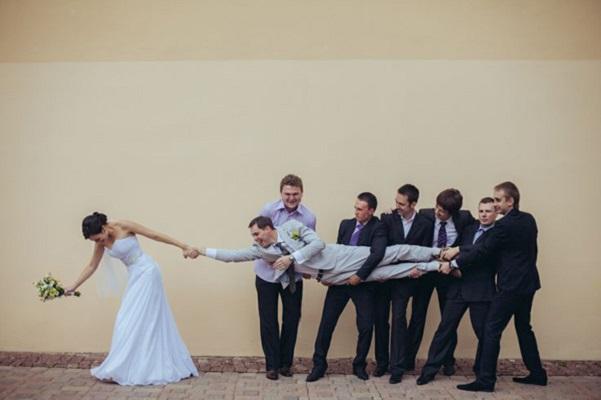 photo mariage humoristique mariee tirant le marié