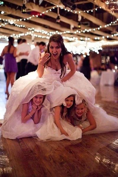 photo mariage enfants sous la robe de mariée