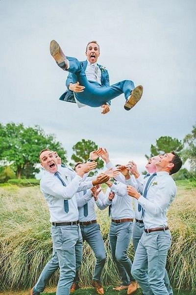 photo de mariage comique lancer du marié