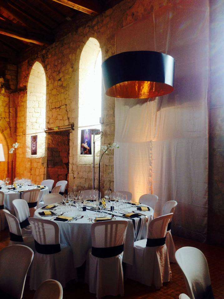 decoration_salle_mariage_noir_or_mariage_eclairage_abat_jour_baroque