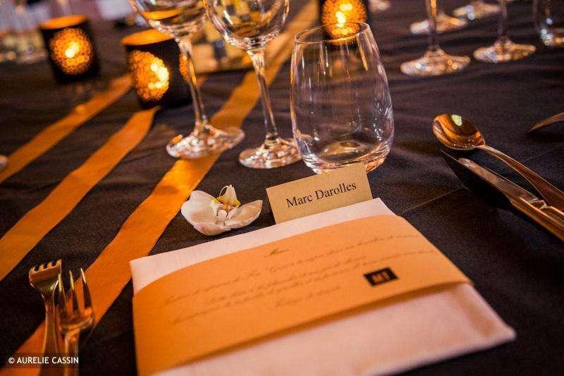 decoration_table_mariage_noir_or_mariage_menu_rond_serviette